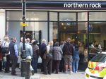Clientes de un banco en Birminghan (Reino Unido), hacen fila para retirar dinero de sus cuentas después de saber de situaciones especulativas. Foto de Lee Jordan.